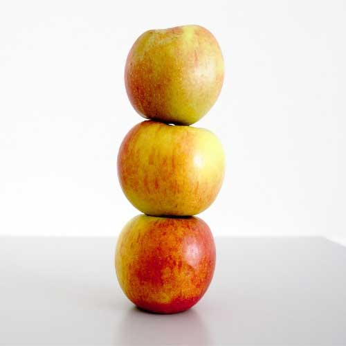 HOW A FALLING APPLE INSPIRED THE UNDERSTANDING OF GRAVITATIONAL FORCE